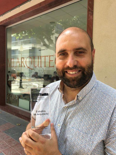 Samuel Cornelles, con el trofeo BUILD al mejor constructor modular